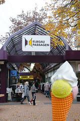 Eingang Elbgau Passgen - Werbeständer Eiswaffel mit EIskugeln