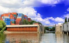 Sperrwerk und Einfahrt zum Seitenkanal Schmidtkanal - Blick vom Reiherstieg in Hamburg Wilhelmsburg.