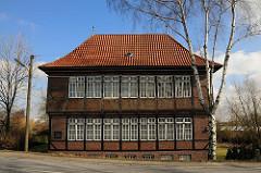 Städtisches zweistöckiges Landhaus - Fachwerkquerbau am Moorfleeter Deich.
