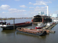Werft in der Billwerder  Bucht / Holzhafen - Schuten und Motorboote, Werfthalle.