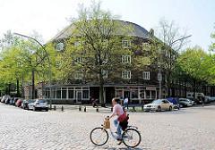 Bilder vom Wohnblock Leverkusenstrasse, Schützenstrasse. Entstanden unter der Leitung vom Altonaer Bausenator Gustav Oelner - Fahrradfaherin auf Kopfsteinpflaster.