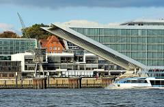 Dockland ist ein parallelogrammförmiges Gebäude an der Elbe in der Nähe des ehemaligen England-Fähranlegers - Wie ein Schiffsbug ragt das Bürogebäude über das Wasser.