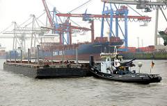 Schubschiff mit Schuten / Arbeitskähnen auf der Elbe vor dem Containerterminal Burchardkai im Hamburger Hafenstadtteil Waltershof.