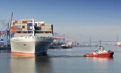 Der Containerfrachter NYK HELIOS im Hamburger Hafen am Ballinkai des Terminals Altenwerder - Schlepper wenden das 365m lange und 48 m breite Schiff im Köhlbrand.