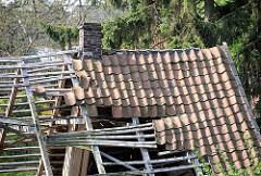 Zusammengebrochenes Dach einer Bauernkate in HH-Neuenfelde.
