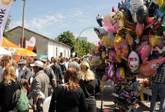 Harburger Hafenfest - Festbesucher und Luftballons am Kanalplatz.