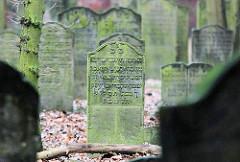 Jüdischer Friedhof in Hamburg Wandsbek; Grabsteine mit hebräischer Inschrift.