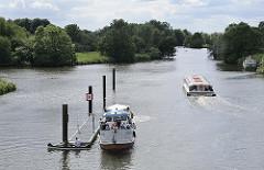 Das Fahrgastschiff hat die Krapphof-Schleuse verlassen - ein Motorboot wartet auf das Lichtzeichen zur Einfahrt; auch ein Kanu liegt am Schlengel; es darf die Schleuse nicht nutzen - die Kanuten müssen die Bootsschleppe in der Nähe der Schleuse nutz
