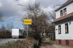 Autobahnausfahrt Hamburg Bahrenfeld - Gelbes Schild der Hamburger Landesgrenze.