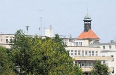 Fassade der ehem. Seefahrtschule in Hamburg Ottensen - dahinter der Kirchturm der Christianskirche