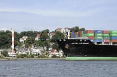 Containerfrachter HATSU COURAGE - Bug des Schiffs Container - Hintergrund Hamburg Blankenese + Leuchtturm.