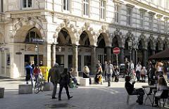 Historische Hamburger Architektur - Architekturgeschichte - Passanten und Strassencafe in den Colonnaden