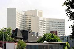 Dächer von Gewerbegebäuden in Hamburg Ottensen - Verwaltungsgebäude der Euler Hermes Versicherung.