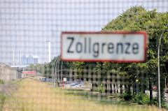 Schild Zollgrenze am Zollzaun - dahinter die Harburger Chaussee in Hamburg Wilhelmsburg und das Heizkraftwer Tiefstack.