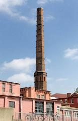 Historische Industriearchitektur in Hamburg Ottensen - Ziegelgebäude und Schornstein / Schlot.