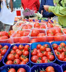 Verkauf von Vierländer Tomaten auf einem Stadt des Herbstmarktes in Hamburg Bergedorf.