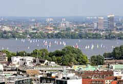 Blick über die Dächer in der Hamburger Neustadt zu den Segelbooten auf der Aussenalster.