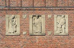 Religiöse Reliefs an der Fassade der Versöhnungskirche Hamburg Eilbek - Bildhauer Wilhelm Rex.