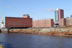 Blick über die zerfallenen Kaianlagen am Grasbrookhafen - dahinter der Kaispeicher A mit den drei grossen Hafenkränen an der Elbseite.