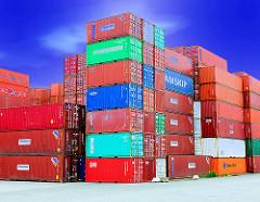 Bunter Containerstapel - blauer Himmel - Gewerbegebiet Hamburg Wilhelmsburg.