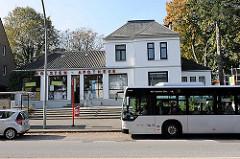 Alte Dorfbebauung in der Schenefelder Landstrasse - Haltestelle der Buslinie - Autobus in der Haltebucht.