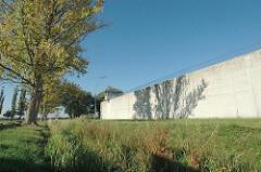 JVA Neuengamme Gefängnismauer der Justizvollzugsanstalt - Jugendhaftanstalt. Gefängnismauer mit Wachturm und Stacheldraht.