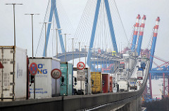 Auffahrt zur Köhlbrandbrücke in Hamburg Steinwerder - Lastwagen auf der Brücke - Containerkräne im Hintergrund.