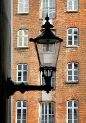 Historische Laterne an der Deichstrasse in Hamburg Altstadt - Lagerhaus mit Ziegelfassade am Nikolaifleet.
