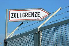 Schild Zollgrenze auf dem Zollzaun - Maschendrahtzaun mit Stacheldraht - Fotos aus dem Hafen Hamburgs.