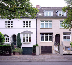 Einstöckige Wohnhäuser, unterschiedliche Fassadengestaltung - Sierichstrasse, Hamburg Winterhude.
