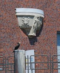 Historische Dekorelement  Fassade Kraftwerk Tiefstack - Kormoran auf Holzdalbe.