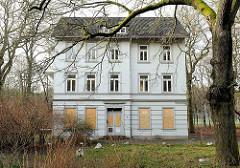 Verlassenes Gebäude Jägerhof - mit Holzplatten vernagelte Fenster - ehem. Kulturzentrum in Hamburg Hausbruch.