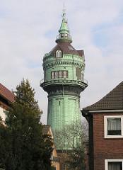 Wasserturm in Hamburg Lokstedt zwischen den Dächern Lokstedter Wohnhäuser.