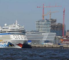 Unileverhaus Hamburg Hafencity - AIDA Kreuzfahrtschiff am Kreuzfahrtterminal - Baukräne der Elbphilharmoniebaustelle.