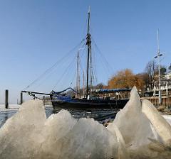 Eis im Museumshafen - Eisschollen am Elbufer von Hamburg Oevelgoenne / Othmarschen.