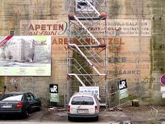 Alte Fassadenschriften an der Wand des Luftschutzbunkers Sillemstrasse / Hellkamp in Hamburg Eimsbüttel (2001)