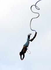 Bungeespringer am Seil im Sprung vom Hafenkran - Bilder aus der Hamburger Hafencity.