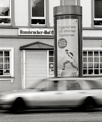 Gaststätte Hausbrucher Hof an der Cuxhavener Strasse in Hamburg Hausbruch - Schwarz-Weiss Aufnahme, Werbung Irgendwo ist immer Sommer - fahrendes Auto.