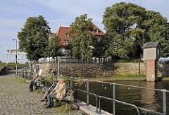 Bänke in der Sonne - Stadtteil Kirchwerder - Zollenspieker Fährhaus - Pegelhaus aus Holz.