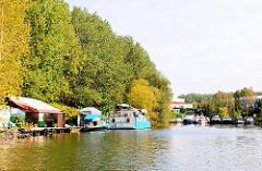Ende des Billbrookkanals im Hamburger Industriestadtteil Billbrook - Motorboote liege in einem Sportboothafen - am Ufer des Kanals Hausboote.