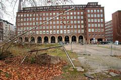 Domplatz in Hamburg Altstadt (2008) - im Hintergrund das Pressegebäude mit dem Auktionshaus Schopmann.