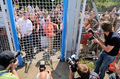 Öffnung des Zollzauns durch die Stadtentwicklungssenatorin Anja Hajduk und Bezirksamtsleiter Markus Schreiber mit Bolzenschneider (2010).