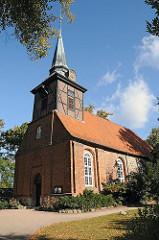 Kirchturm und Kirchenschiff der Kirche in HH-Bergstedt.