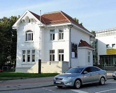 Historisches Gründerzeithaus, weiss gestrichen an einer Hauptverkehrsstrasse von HH-Jenfeld.