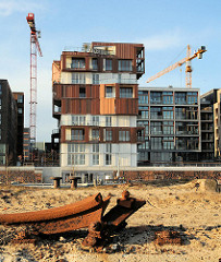 Verbogene Schiene eines Hafenkrans am Hübenerkai des Grasbrookhafens - am Dalmannkai werden moderne Wohngebäude fertiggestellt. (2008)