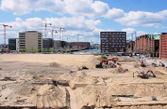 Blick über die Sandfläche der Baustelle des Überseequartiers zum Sandtorhafen und Sandtorkai. 2007
