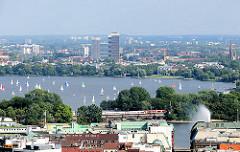 Luftaufnahme von der Hamburger Aussenalster - Segelboote auf dem Wasser des Sees in der Hansestadt Hamburg.