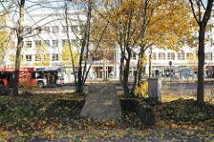 Gedenkstein vor dem Alstertaler Einkaufs Zentrum - Erinnerung an Joh. V. Wentzel, dem Erschliesser des Alstertals.