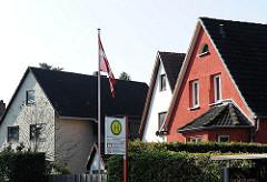 Einzelhäuser mit Satteldach in der Schenefelder Landstrasse; Bushaltestellle.