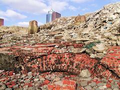 zerfallene Kaimauer am Grasbrookhafen - Schutt und Ziegelsteine liegen am Rand des Hafenbeckens.